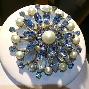 🎁Stunning Vintage Blue and Pearl Brooch